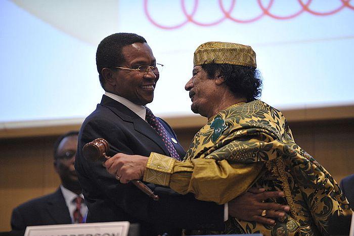 Muammar Gaddafi ja Tansanian presidentti Jakaya Kikwere Afrikan unionin huippukokouksessa vuonna 2009.