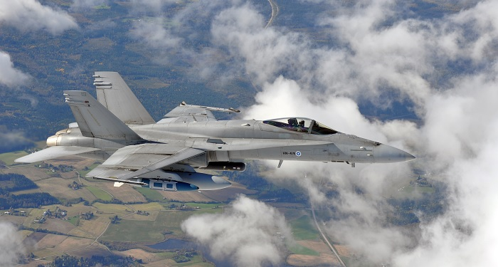 Suomen ilmavoimien F/A-18C Hornet varustettuna ilmasta maahan -aseistuksella.