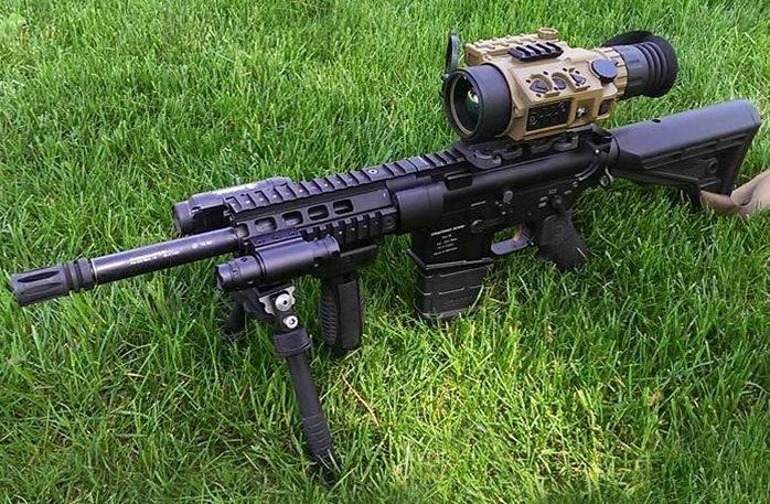 Erityisesti taktisiin aseisiin suunniteltu TSA-11-5-tähtäin aseeseen asennettuna.