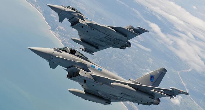 Yhdistyneen Kuningaskunnan ilmavoimien RAF:n kuudennen lentueen Typhoonit Bersama Lima 11 -harjoituksessa.