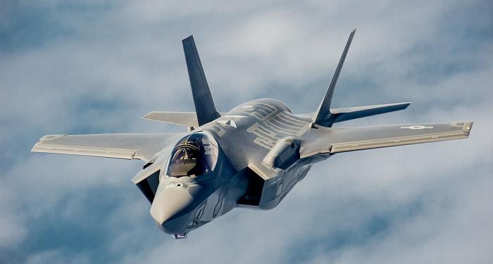 Yhdysvaltain ilmavoimien F-35 Lighting II hävittäjä lähestymässä KC-135 Stratotanker -ilmatankkauskonetta  harjoituksessa vuonna 2013. Lähde.