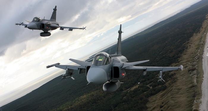 Pari Tsekin ilmavoimien Gripeneitä Baltic Air Policing -tehtävässä Liettuassa. Lähde: