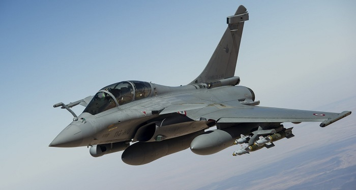 Ranskan ilmavoimien Dassault Rafale vasrustettuna pommilastilla Libyassa 2008. Lähde: