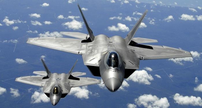 Kaksi Yhdysvaltain ilmavoimien F-22 Raptoria Tyndallin lentotukikohdasta ilmatankkausharjoituksessa. Lähde.