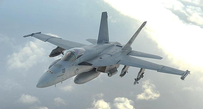 Yhdysvaltain merivoimien F/A-18E Super Hornet. Huomaa ero ilmanottoaukoissa. Lähde: