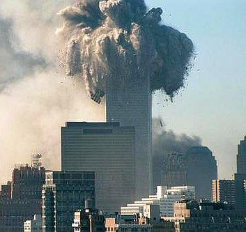 Pohjoistornin ylimmät kerrokset sinkoutuvat joka puolelle. WTC-iskussa tuhoutui täydellisesti kolme pilvenpiirtäjää. Kuvaaja: tuntematon