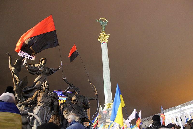 Maidanin mielenosoituksissa 29.11.2013 liehui Ukrainan valtion ja Ukrainan kansallismielisen liikkeen lippuja. Kuva: Dzhygyr Anatol | Wikimedia Commons