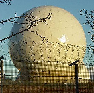 Britannian sotilastukikohdassa oleva satelliittiantenni, jonka uskotaan liittyvän Echeloniin. Kuva: Matt Crypto | Wikimedia Commons