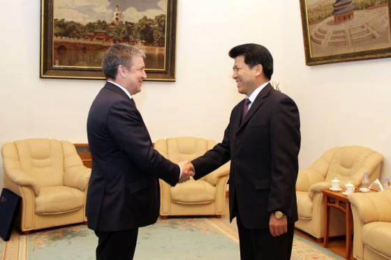Karjalan tasavallan päämies Alexander Khudilainen ja suurlähettiläs Li Hui keskustelivat Karjalan potentiaalista silkkitiehankkeen yhteydessä.