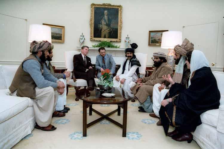 """""""Operation Cyclone"""" oli CIA:n koodinimi sen mittavalle operaatiolle aseistaa ja rahoittaa Taliban taistelijoita vuosina 1979-89. Kuvassa näkyy Yhdysvaltain silloinen presidentti Ronald Reagan ja hänen vieraansa Taliban -liikkeestä Valkoisessa Talossa."""