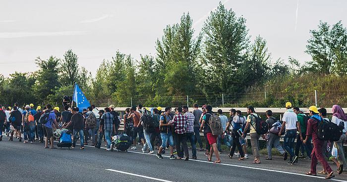 Pakolaisia unkarilaisella valtatiellä matkalla kohti Itävallan rajaa. Kuva: Joachim Seidler | Wikimedia Commons