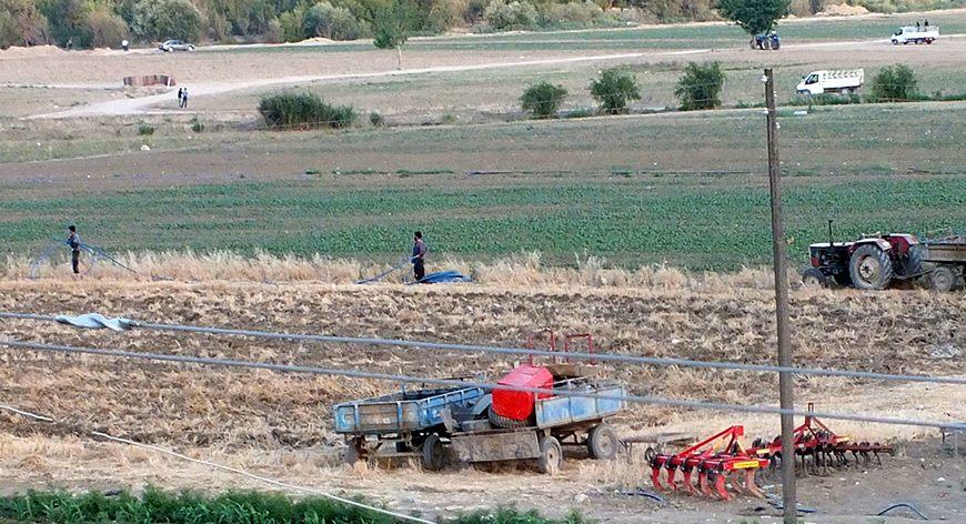 Turkkilaiskylän asukkaat asentamassa kotikutoisia öljyputkia. Kuva: Fehim Taştekin