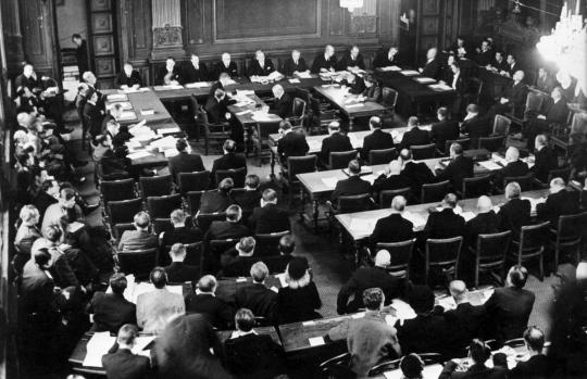 Sotasyyllisyysoikeudenkäyntiä säätytalossa marraskuussa 1945.