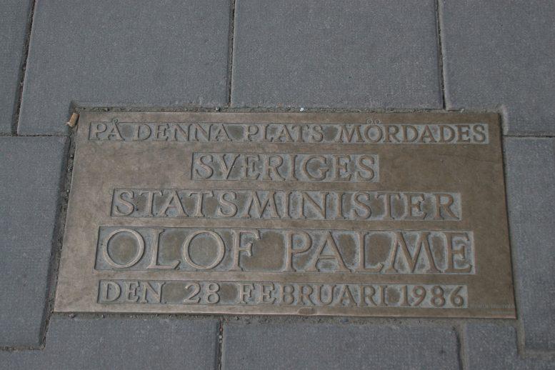 Olof Palmen muistolaatta Tunnelgatanin ja Sveavägenin kulmassa. Kuva: Tage Olsin | Wikimedia Commons
