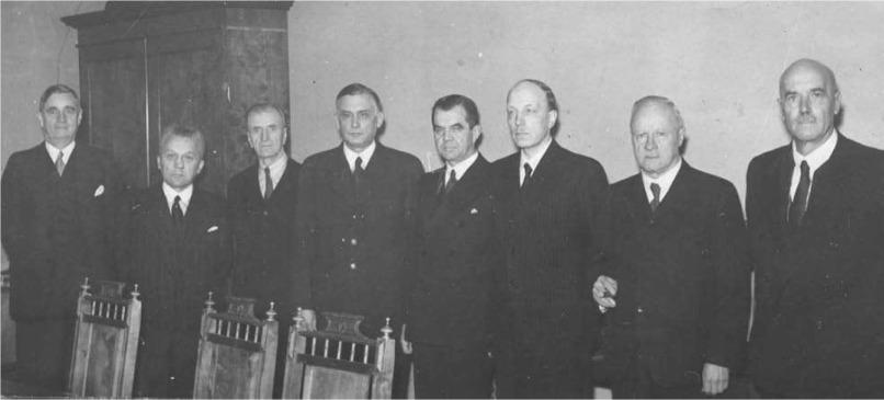 Oikeudenkäynnissä tuomitut Ramsay, Reinikka, Kukkonen, Linkomies, Rangell, Ryti, Tanner ja Kivimäki yhteiskuvassa Säätytalossa. Kuva: Wikimedia Commons