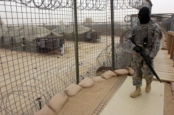 Kersantti Adonis Francisco partioimassa Camp Buccassa, Irakin laajimmassa pidätyskeskuksessa. Kuva: ylikersantti Shawn Morris | Wikimedia Commons