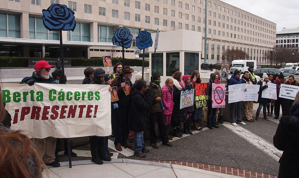 Berta Cáceresin murhan johdosta osoitettiin mieltä Yhdysvaltain ulkoministeriön edustalla Washingtonissa 4.3.2016. Kuva: Slowking | Wikimedia Commons