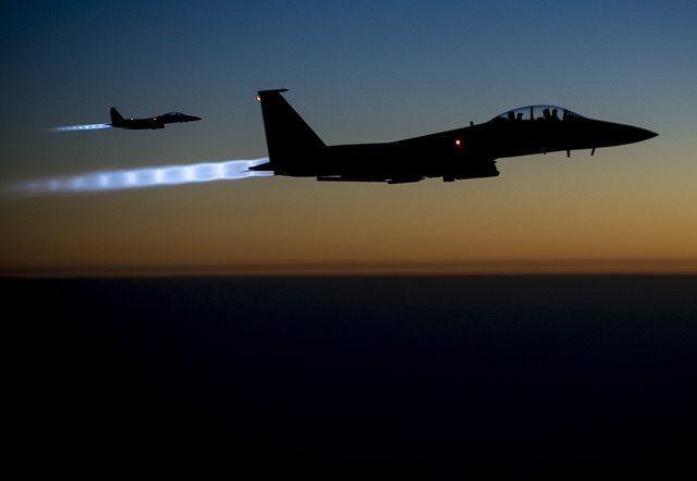 Yhdysvaltain ilmavoimien F-15E-hävittäjiä lentämässä Pohjois-Irakissa syyskuussa 2014. Kuva: vanhempi lentosotamies Matthew Bruch | Yhdysvaltain puolustusministeriö (public domain)
