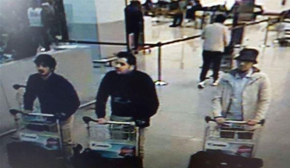 Lentoaseman iskusta epäillyt: Najim Laachraoui, Ibrahim El Bakraoui ja tuntematon henkilö. Kuva: Wikimedia Commons