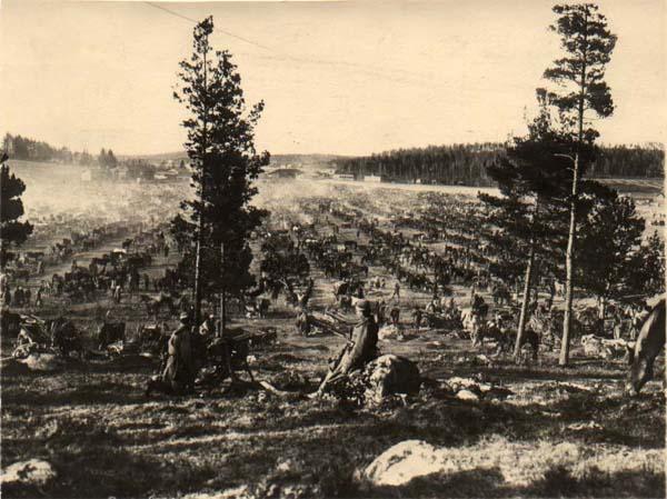 Fellmanin pelto Lahdessa toukokuun 1918 alussa. Pellolle koottiin 20 000 antautunutta punaista, joista osa teloitettiin, jotkut vapautettiin, ja suurin osa lähetettiin leireille. Jotkut vangituista joutuivat viettämään pellolla useita päiviä avoimen taivaan alla.