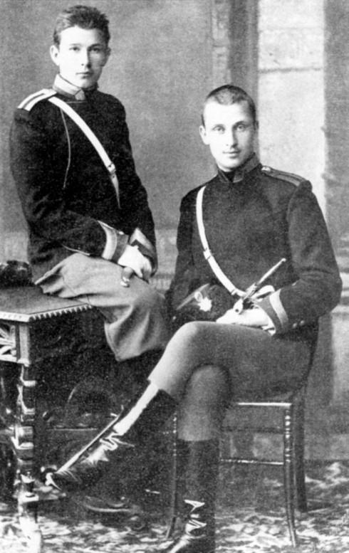 Mannerheim (oik.) Nikolain ratsuväkiopistossa.