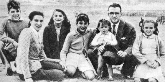 Vasemmalta: Ernesto, Celia (äiti), Celia (sisko), Roberto, Juan Martin, Ernesto (isä) sekä Ana Maria. (n. v. 1944).