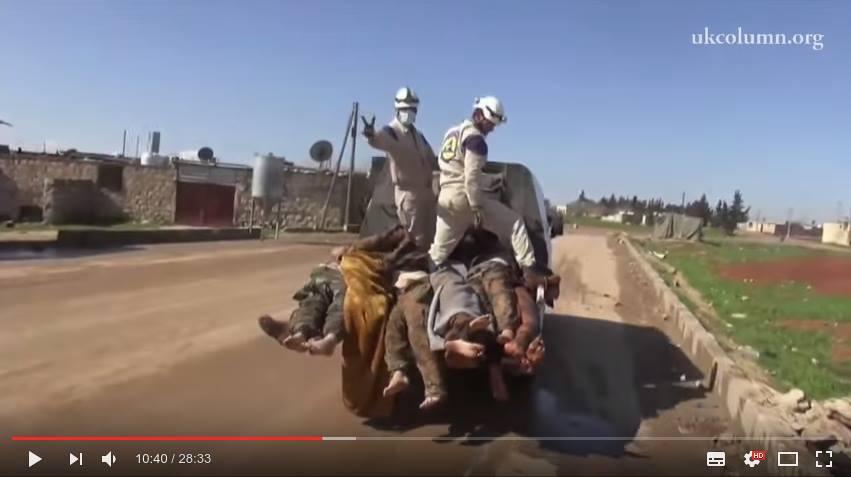 Näyttökuva videolta 4. WH:n jäsen näyttää voitonmerkkiä.