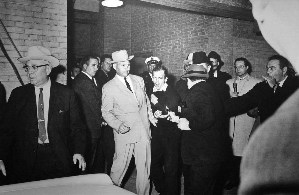 Jack Ruby ampuu Oswaldin poliisiasemalla.