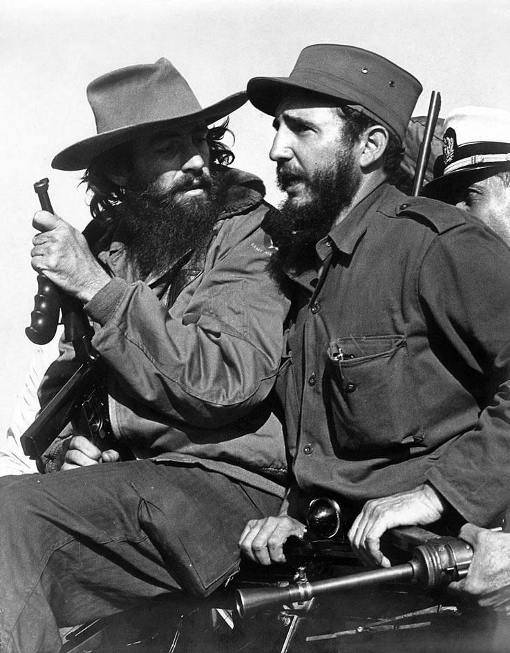 Fidel Castro (oik.) toisen vallankumouksellisen, Camilo Cienfuegosin, kanssa Havannassa vuonna 1959. Kuva: Luis Korda.
